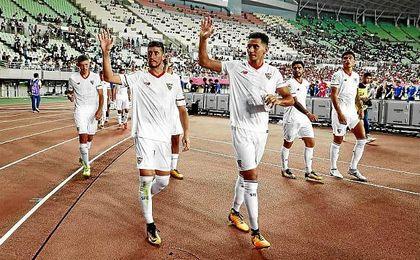 Ganso, junto a Escudero, en el partido ante el Cerezo Osaka.
