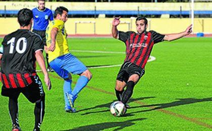 En la imagen, el mediocentro Lara (derecha) sale al paso de Joaquín en un lance del San Juan-Cabecense de la temporada 15/16.