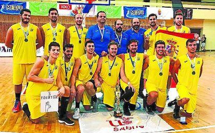 La Universidad de Sevilla posa orgullosa con la meritoria medalla de plata lograda ayer en Hungría.