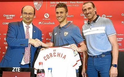 Corchia, junto a Castro y Arias en la presentación.