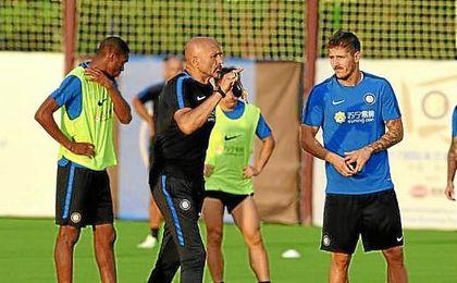 Jovetic escucha a Spalletti en un entrenamiento de pretemporada.