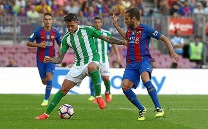 Sanabria frente a Jordi Alba, en un lance del partido de la temporada pasada.