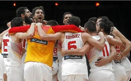 Los jugadores de la selección española celebran el oro del Eurobasket 2015.