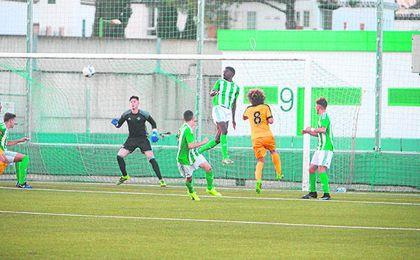 El verdiblanco Esteban salta de cabeza en un partido con el DH Juvenil.