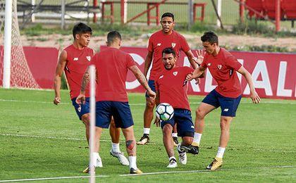 Walter Montoya, en la imagen disputando un balón durante un entrenamiento, quiere convencer a Berizzo en esta pretemporada.