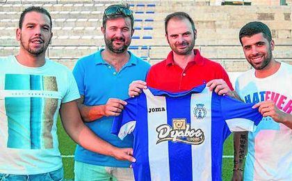 Jesús Fernández (segundo por la derecha); a su izquierda, el presidente Javier Baena.