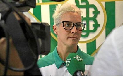 Priscila, una de las caras nuevas del equipo, atiende a los medios oficiales del club.