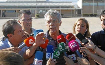 Ángel María Villar habla con los medios tras salir de la cárcel.