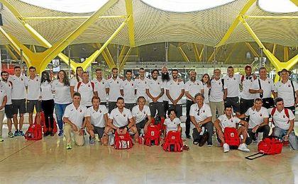 Imagen del equipo español del atletismo antes de volar a Londres.