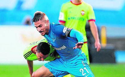 Javi García forcejea con un rival en un partido con el Zenit.