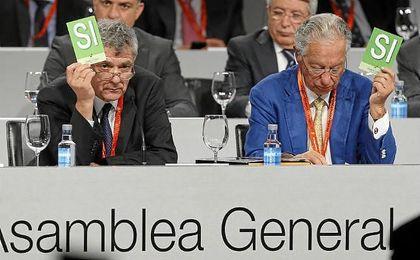 Juan Padrón, junto a Villar, en la Asamblea de la Federación Española de Fútbol.