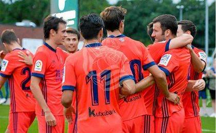 Los jugadores de la Real celebran el gol anotado por Agirretxe en su regreso al césped.