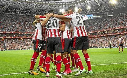 Los jugadores del Athletic celebran un gol ante el Dinamo de Bucarest.
