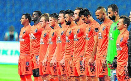 El Basaksehir viste de naranja y juega como local en el estadio Fatih Terim (18.000 espectadores).