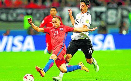El alemán Stindl presiona al mediocentro chileno durante la pasada Copa Confederaciones.