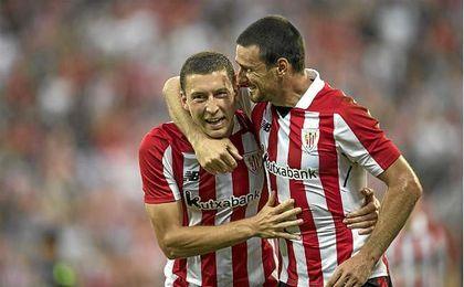 Aduriz y De Marcos celebrando un gol ante el Dínamo de Bucarest.