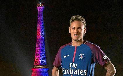 """Neymar, """"emocionado"""" por el homenaje que le dieron frente a la torre Eiffel"""
