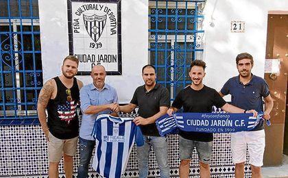 Del Valle (centro) posa con Picharri (a su derecha), nuevo entrenador.