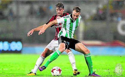 Loren, en un lance del partido con el Milan.