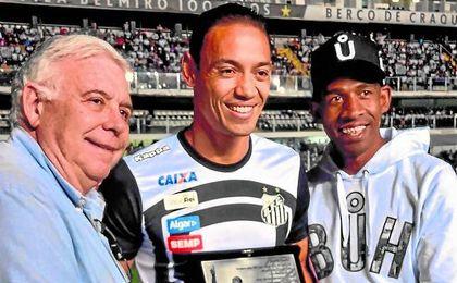 Oliveira recogió una placa conmemorativa antes de jugar con el Santos.