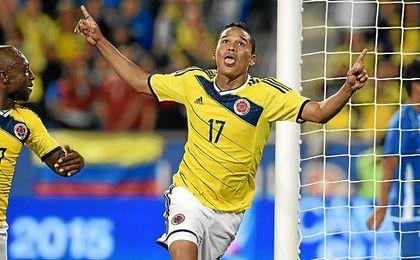 Bacca celebra un gol con la elástica de Colombia.