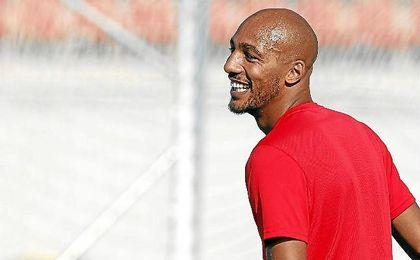 N´Zonzi, ayer sonriente en el entrenamiento del Sevilla.