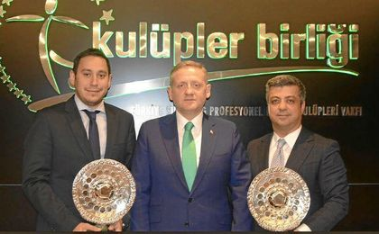 Mustafa Orögüt, primero de la izquierda, junto al presidente del Basaksehir, Gumusdag, y el vicepresidente Mesut Altan.
