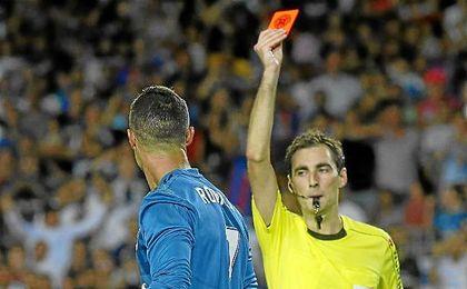 Ronaldo cumplirá cinco partidos de sanción.
