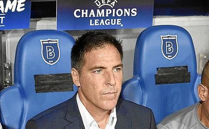 Eduardo Berizzo, en el banquillo del estadio turco.
