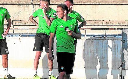 Andrés Guardado ya luce el número 18 en los entrenamientos.