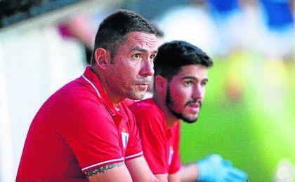 Juan Carlos Gómez sigue con atención el amistoso del pasado lunes ante el Mairena.