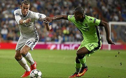 El lateral, pugnando con Bale.