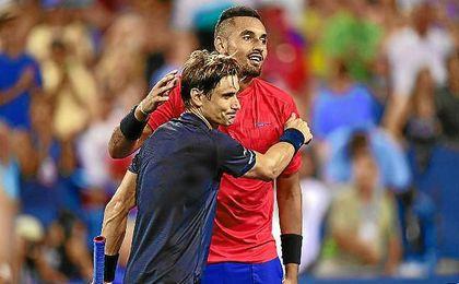 Ferrer felicita a Kyrgios tras su triunfo.