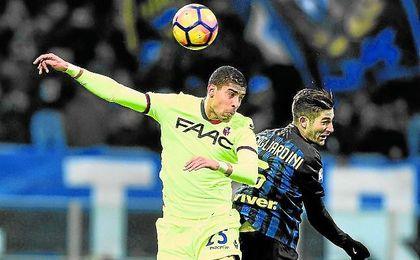 El italo-marroquí Adam Masina pugna un balón con Roberto Gagliardini.