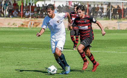 Carrascal conduce el balón en el Sevilla C-Gerena de la pasada campaña.
