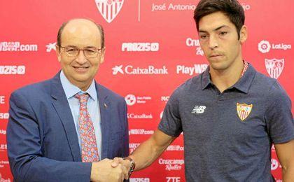 Borja Lasso y Castro se dan la mano en el acto de hoy.
