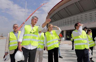 """Cifuentes visita las obras """"a contrarreloj"""" del Wanda Metropolitano"""