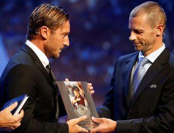 Totti recoge el premio presidente de la UEFA por su larga trayectoria en el Roma