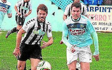 Jesús Muñoz, a la izquierda, pugna con un rival en un partido de su equipo, el Badajoz.