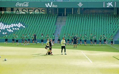 El Betis se entrenó ya ayer en el nuevo estadio Benito Villamarín, donde hoy se espera un gran ambiente.