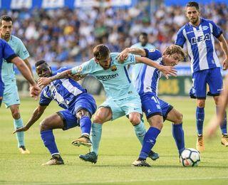 Messi falla un penalti y el Barcelona no puede con el Alavés al descanso
