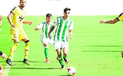 El joven bético Roberto González en un lance del encuentro ante el Lorca Deportiva.
