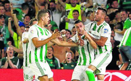 Guardado, Feddal, Sergio León y Camarasa celebran el 1-1.