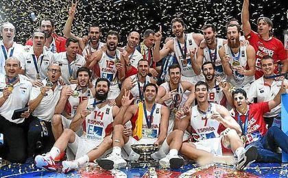 La selección, celebrando la medalla de Oro lograda en el Eurobasket 2015