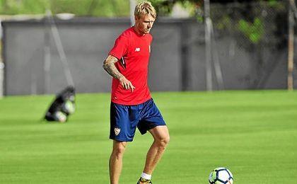 Kjaer, en un entrenamiento con el Sevilla.