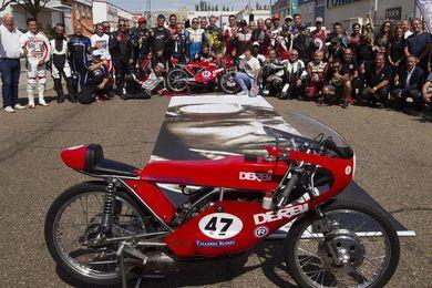 Zamora homenajea a Ángel Nieto con ruido de motos y presencia de su familia