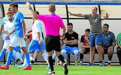 José Antonio Granja hace indicaciones desde la banda en el partido contra el Guadalcacín.