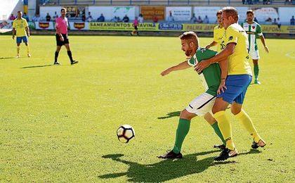 Jaime Otón intenta hacerse con un balón en el partido de ayer.