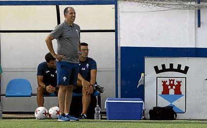 José Antonio Granja sigue con atención un partido del Castilleja, que ahora recibe al Cádiz B.
