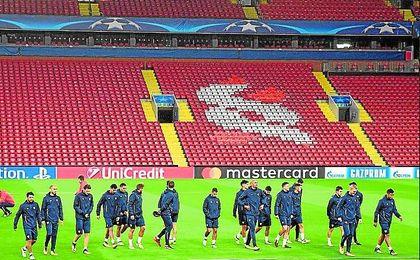 El Sevilla de Eduardo Berizzo se entrenó en la tarde-noche de ayer sobre el césped de Anfield, donde hoy se medirá al Liverpool.